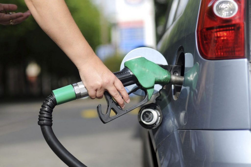 Petrobras corta o preço da gasolina em 5% a partir de sábado; diesel cai 3%, Postos não repassam ao consumidor