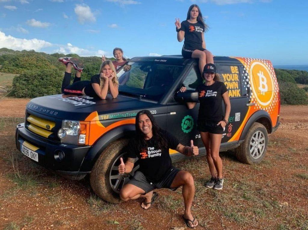 Família colocou tudo o que tinha no Bitcoin e agora faz um tour pelo mundo